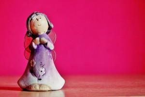 天を仰ぐ天使の人形