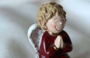 祈りを捧げる天使の人形