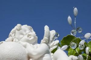 眠っている白い天使の像