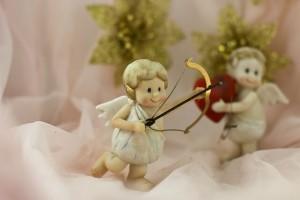 弓を引く天使の人形