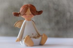 目を閉じている天使の人形