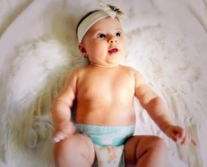 天使の格好をした赤ん坊