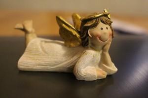 頬杖を突きながら微笑む天使