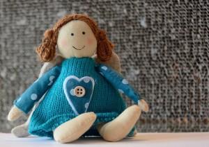 茶髪の天使の人形
