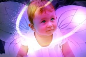 光りに包まれる赤ん坊